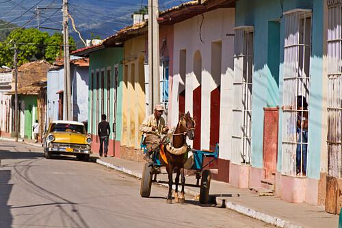 Trinidad, Kuba Strassenszene, Oldtimer, Mann mit Pferdekutsche