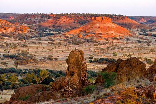Blick vom Cawnpore Lookout über die semi-aride Felsenlandschaft der Region, Winton Road, Queensland, Australien