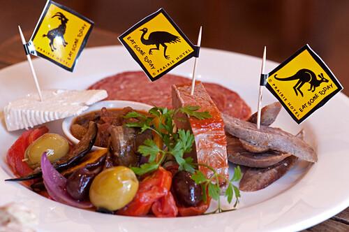 Ziege, Emu und Känguru wird im Prairie Hotel in Parachilna serviert, Flinders Ranges, Südaustralien, Australien