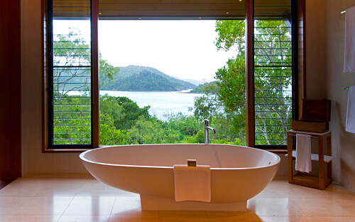 Das Bad der Windward Pavillions im Qualia Resort hat Meeresblicke, Hamilton Island, Queensland, Australien
