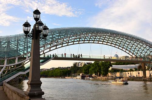 Friedensbrücke über den Mtkvari Fluß, Tiflis, Georgien