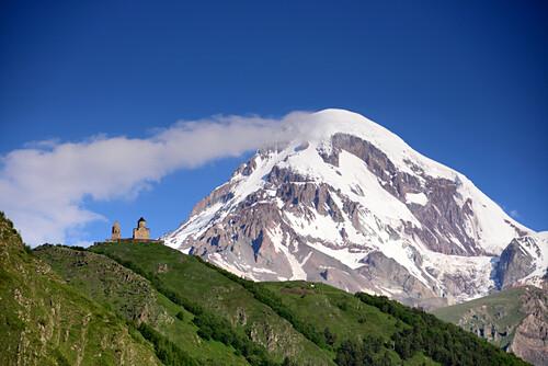 Blick auf den Berg Kazbek bei Kazbegi an der Heerstraße im Grossen Kaukasus, Georgien