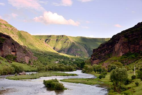 Dorf am Mtkvari-Fluß bei Vardzia im kleinen Kaukasus, Süd- Georgien