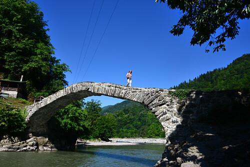 steinerne Brücke bei Keda am Fluß Acharistskali, kleiner Kaukasus, Georgien