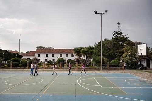 ein Sportplatz wird zum Laufsteg durch jugendliche Einheimische umfunktioniert, Villa de Leyva, Departamento Boyacá, Kolumbien, Südamerika
