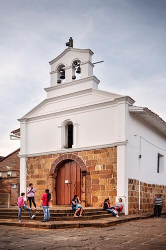 kolumbianische Reisende vor einer kleinen Kapelle in Barichara, Departmento Santander, Kolumbien, Südamerika