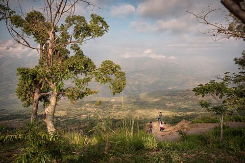 kolumbianische Reisende posieren für ein Foto vor Bergkulisse, Barichara, Departmento Santander, Kolumbien, Südamerika