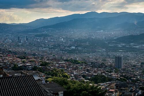Blick auf das Stadtzentrum von Medellin mit Hochhäusern und den umliegenden Anden Gipfeln, Departmento Antioquia, Kolumbien, Südamerika