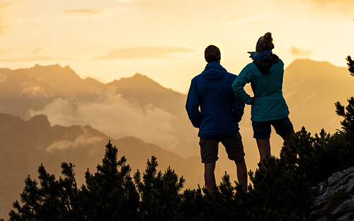 Young woman and man look watch the sunset mountain scenerie, silhouette, Scharnitz, Tirol, Österreich