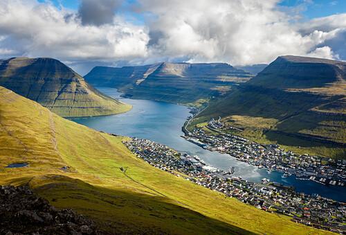 Das Dorf Klaksvík am Fjord, umrahmt von Bergen bei herrlichem Wetter, Faröer Inseln