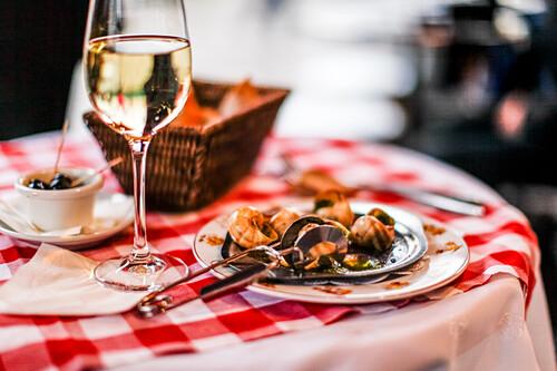 Escargots (Schnecken) und ein Glass Weißwein auf dem Tisch in La Mère Catherine Restaurant, Place du Tertre, Montmartre, Paris, Frankreich, Europa