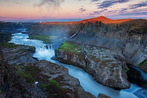 Sonnenaufgang am Hafragilsfoss Wasserfall im Vatnajökull Nationalpark, Island