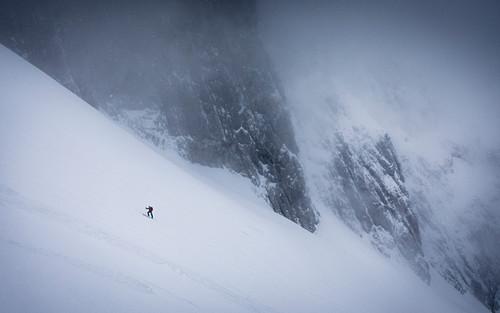 Skitourengeher im Aufstieg bei schlechter Sicht, Schneefall und Nebel, Wilder Kaiser, Tirol, Österreich