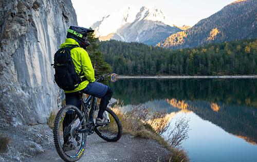 Mountainbiken am Blindsee Trail in Lermoos, Österreich