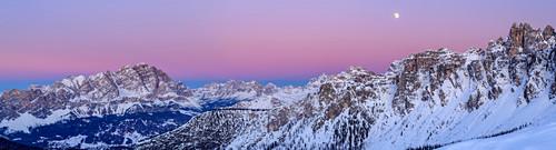 Panorama mit Mond über Cristallo, Cadini, Sorapis und Croda da Lago, Dolomiten, Weltnaturerbe Dolomiten, Venetien, Venezien, Italien