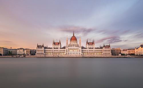 Die Donau und das ungarische Parlamentsgebäude in Budapest, Ungarn