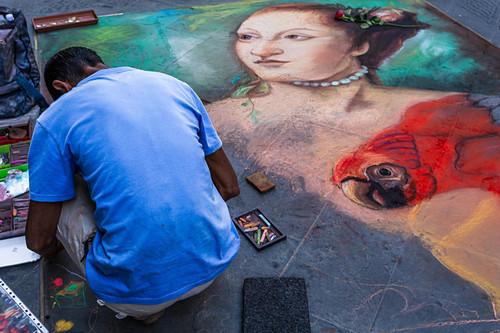 Ein Künstler bemalt die Straßen von Florenz, Italien
