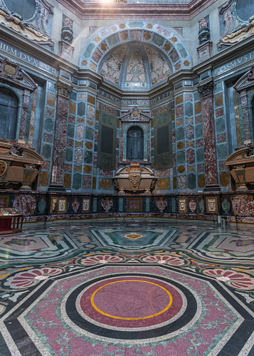 Im Inneren der Basilica di San Lorenzo in Florenz, Italien