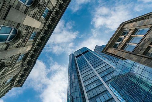 Blick nach oben im Bankenviertel von Frankfurt am Main, Deutschland