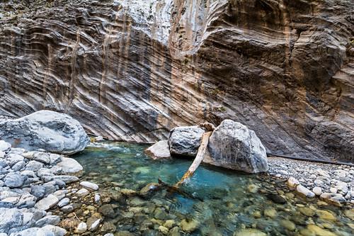 Klarer Fluss zwischen Felswänden in Samaria Schlucht, Westen Kreta, Griechenland
