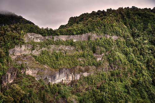 steile Felswand mit Baumbewuchs, Parque Salto Los Mañios, Lago (See) Ranco, Region de los Lagos, Chile, Südamerika