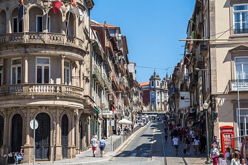 "Belebte Straße ""R. de 31 de Janeiro"" im Zentrum von Porto, Portugal"