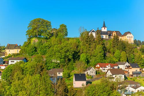 Blick auf Daun mit Burg, Eifel, Rheinland-Pfalz, Deutschland