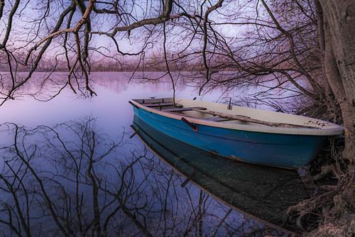 Kleines Ruderboot am Ufer in der Morgenstimmung, Langwieder See, München, Oberbayern, Bayern, Deutschland, Europa