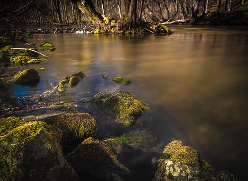 Der Fluss Würm bei Gauting in der Langzeitbelichtung. Steine und Wurzeln, Oberbayern, Bayern, Deutschland, Europa