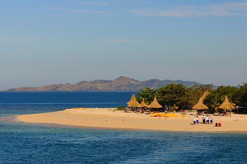 Das Personal eines Tropen-Resorts erwartet seine Gäste am Strand, Fiji Islands