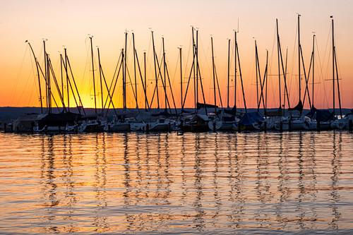 Blick auf Segelboote auf dem Ammersee bei Sonnenuntergang, Bayern, Deutschland, Europa