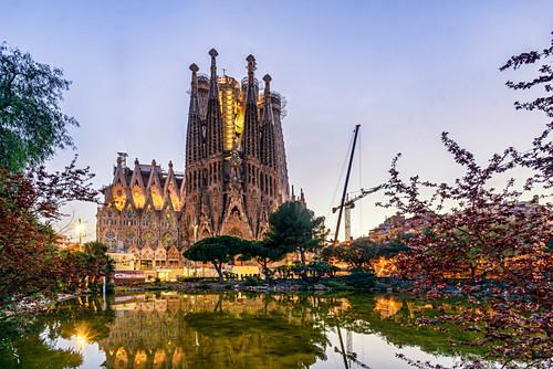 Sagrada Familia von Antoni Gaudi, beleuchtet in der Nacht, Barcelona, Spanien
