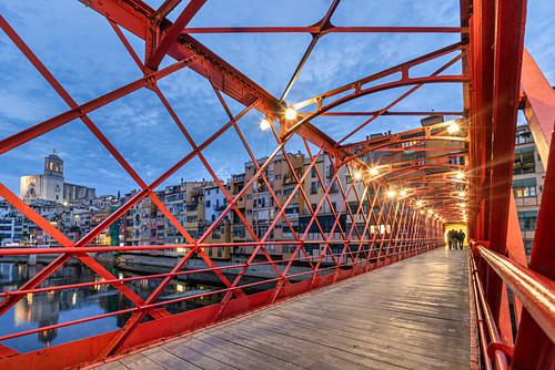 Eiffel-Brücke über den Fluss Onyar in der Altstadt von Girona, Spanien