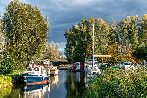 Kleiner Hafen im Teichland Linum, bekannt als Storchendorf Linum, Brandenburg, Deutschland