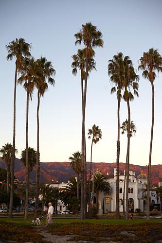 Promenade im Abendlicht mit Blick auf die Santa Ynez Mountains in Santa Barbara, Kalifornien, USA.