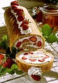 Biskuitrolle mit Erdbeeren & Sahne