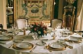 Festlich gedeckter Tisch im Hotel de Paris in Monte Carlo