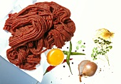 Rindfleisch, Eigelb und Gewürze für Rindertatar
