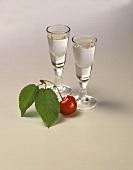Zwei Gläser Kirschwasser