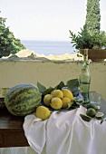 Stillleben: Balkon; Früchte; Wein; Tisch