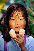 Asiatisches Mädchen beim Eisschlecken