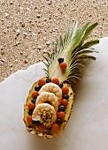 Reissalat mit Garnelen in Ananashälfte