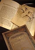 Aufgeschlagenes altes Kochbuch von Holle