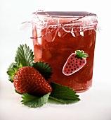 Erdbeerkonfitüre mit Mango im Glas (mit Erdbeer-Aufkleber)