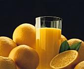 Glas frisch gepreßter Orangensaft