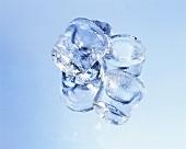 Einige Eiswürfel, rund mit blauem Hintergrund