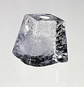Ein Eiswürfel; grauer Hintergrund