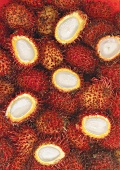 Viele Rambutan teilweise ohne Schale