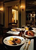 Gedeckter Tisch mit Wildgericht