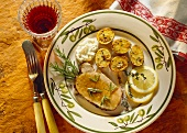 Eine Scheibe Kotelettbraten mit Knoblauchkartoffeln